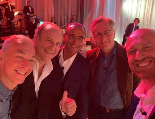 Questa sera puntata speciale del Maurizio Costanzo Show: fra gli ospiti Gerry Scotti e Linus